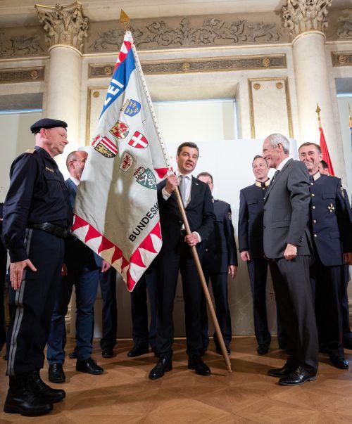 """Ratzüberreichte Peschorndie """"Fahne des Bundesministeriums für Inneres"""".APA"""