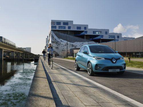 Renault rüstet den Zoe für den Wettbewerb. Nachdem in den nächsten Monaten mit dem Opel E-Corsa und dem Peugeo 208-e neue Konkurrenten an den Start gehen, wollen die Franzoen ihr mittlerweile sieben Jahre altes Modell umfangreich auffrischen. Den Zoe soll es in Zukunft mit zwei Motoren, einem mit 135 PS und einem kleineren mit 108 PS geben.