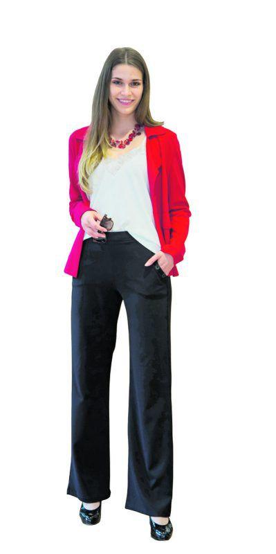 Rote Akzente             Daria in einem noblen Bürooutfit der Fussl Modestraße: Brille von J. Club (6,99), Kette von J. Club (14,99), Blazer von Sahara (59,99), Top von 17 & Co (25,99), und Hose: von 17 & Co (39,99).                VN/Paulitsch