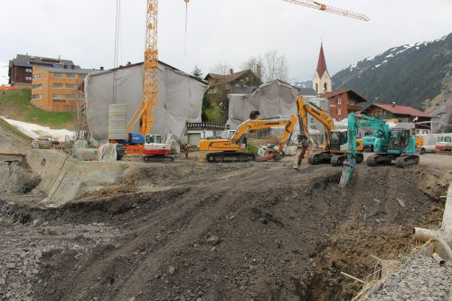 Rund 20.000 m3 Material werden für die Tiefgarage unter dem Warther Dorfplatz bzw. das neue Hotel Biberkopf ausgebaggert. stp