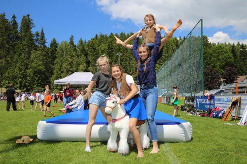 Sarah, Pia, Pia und Sarah in akrobatischer Pose.