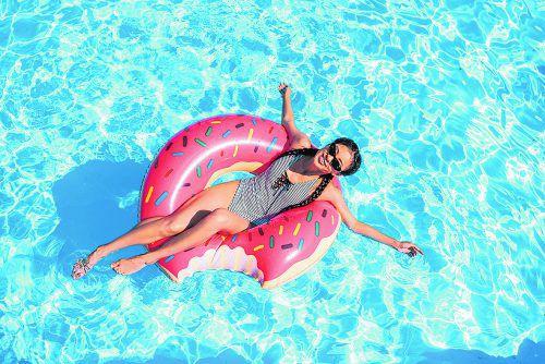Schwimmprodukte für ausgelassenen Spaß im Pool. Getty Image