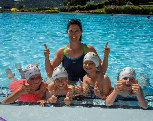 Schwimmtrainerin Silke Sandholzer mit ihren neunjährigen Schützlingen Julia, Lisa, Lenny und Jordan. vN/Paulitsch