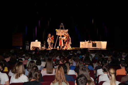 Sieben Klassen aus Dornbirn und Lustenau zeigen ihr Können auf der Bühne.
