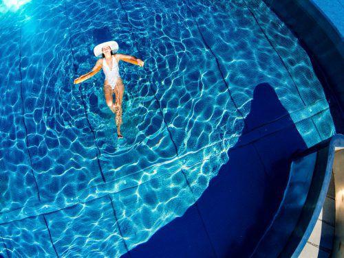 Sonnenanbeter und Wasserratten dürfen sich freuen: Bis Mittwoch soll es immer wärmer werden. VN/Lerch