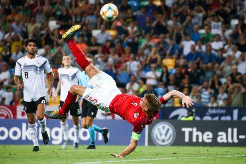 Spektakuläre Einlage von ÖFB-Mittelfeldspieler Philipp Lienhart. Die Österreicher haben gegen Deutschland über weite Strecken das Spiel beherrscht, verpassten dennoch den Aufstieg ins Halbfinale. gepa