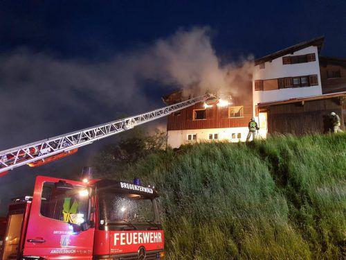 Starker Wind erschwerte die Löscharbeiten der Feuerwehren, von denen mehrere nach Schröcken ausgerückt waren. Feuerwehr Andelsbuch