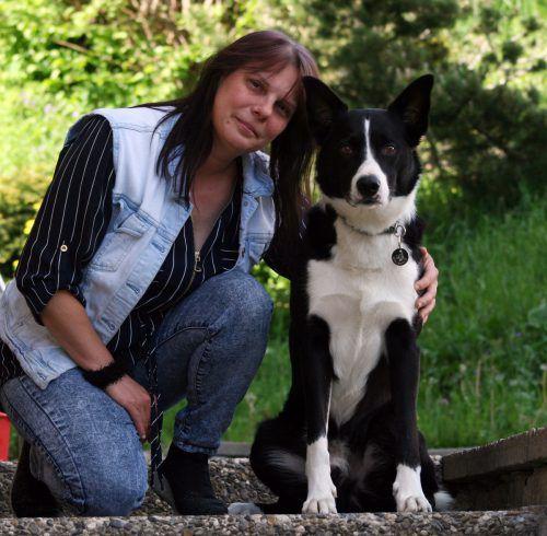 Susanne Walter und Heris Hund Rudi bleiben dicke Freunde. VN/HRJ