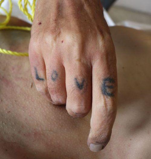 Tätowierung an der rechten Hand des Verstorbenen. polizei