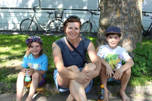 Tina, Manja und Tino genossen das schöne Wetter und sahen beim 30. Ironmännli zu.