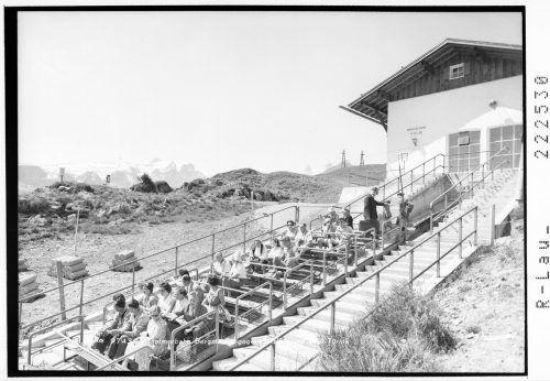 Umgangssprachlich werden aber auch Standseilbahnen mit nur einer Kabine als Schrägaufzug bezeichnet.Ansichtskarten-Sammlung, Sammlung Risch-Lau, Vorarlberger Landesbibliothek