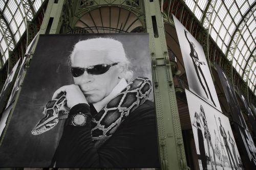 Unter der Kuppel des Grand Palais waren große Porträts von Lagerfeld zu sehen. Ap