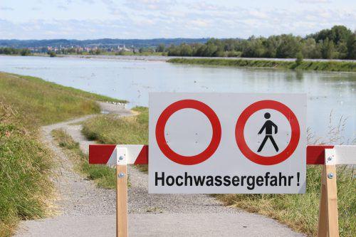 Unterhalb der Wiesenrainbrücke waren die Fußgänger- und Radwege entlang des Rheins am Dienstag gesperrt. vol.at/Vlach
