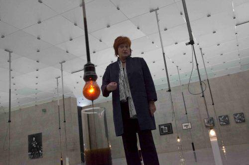 VALIE EXPORT mit einer Installation, die sie vor einigen Jahren im Kunsthaus Bregenz verwirklichte. Vn/Paulitsch