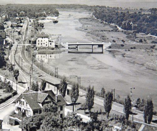 Vor dem Bau der Autobahn stand die alte Straßenbrücke an der Stelle, an der heute die Fußgängerbrücke überquert.Archiv Gerda Huber