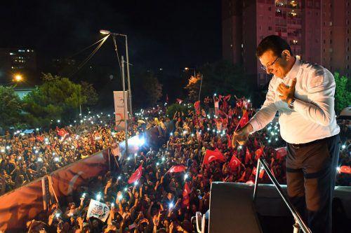 Wahlsieger Ekrem Imamoglu feiert mit seinen Anhängern im Bezirk Beylikdüzü. AFP Photo/Republican People's Party (CHP)/Onur GUNAL