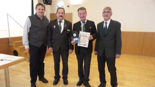 Walter Schwarzhans (2.v.l.) wurde zum Ehrenmitglied des Kameradschaftsbundes Bings-Stallehr-Radin ernannt. SW