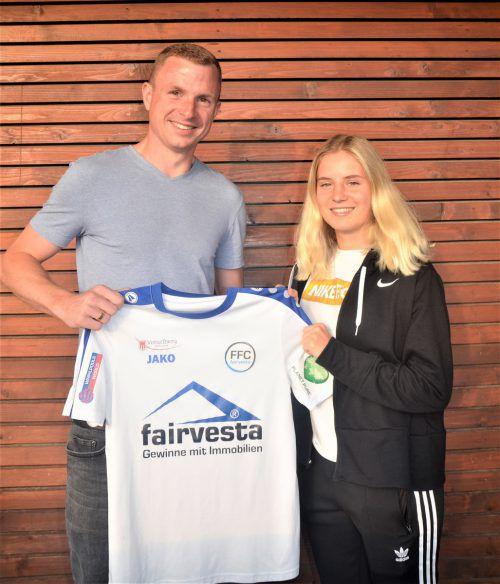 Willkommen beim FFC Vorderland: Lisa Metzler und Sportchef Tobias Thies.ffcV