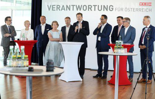 Wirtschaftskammerpräsident Mahrer (Mitte) mit denPräsidenten der Wirtschaftskammern, unter anderem auch Metzler (l.).Schiffl