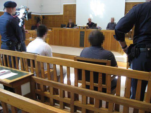 Zwei der Angeklagten beim Prozess im Feldkircher Schwurgerichtssaal vor Richter Michael Fruhmann. eckert