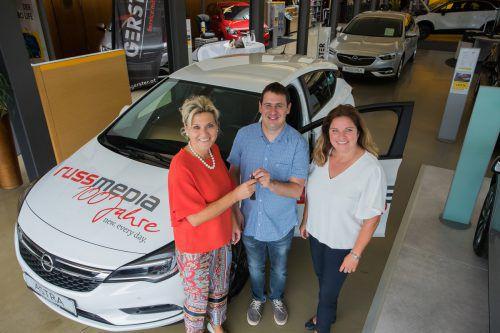 10.000 Teilnehmer wollten das Auto haben, Rainer Heinzle (im Bild mit Auto-Gerster-Vertriebsleiterin Karin Bischof und Claudia Probst von Russmedia) hat es bekommen. VN/Steurer