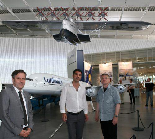"""2011 zeigte das Dornier Museum anlässlich des Jubiläums """"80 Jahre Landung in New York"""" in einer Sonderausstellung u. a. das DO-X-Modell. Darunter ein Modell des Airbus A 380. STRAUSS"""