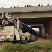 Bus stürzt in Indien in Abwasserkanal