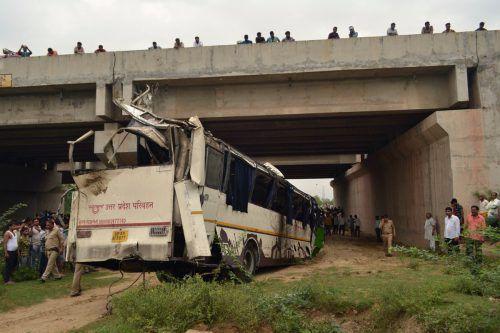 29 Personen starben, als der Bus von der Straße fiel und im Kanalbett aufschlug.afp