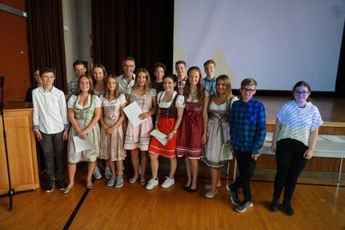 29 Schüler feierten ihren Mittelschulabschluss mit einem bunten Abend. DOB
