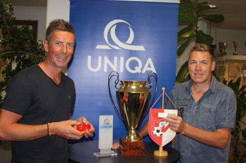 Alexander Lau, Marketingleiter der Uniqa in Bregenz, nahm im Beisein von VFV-Geschäftsführer Horst Elsner (r.) die Auslosung der ersten Runden vor.vn