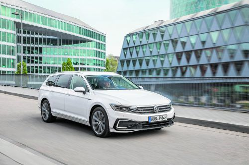 Als GTE – mit 218 PS leistendem Plug-in-Hybridsystem – kann man sowohl die Limousinen- als auch die Variant-(Kombi-)Version des VW Passat ordern.