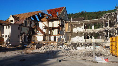 An der Dr.-Griß-Straße laufen derzeit die Abbrucharbeiten am historischen Gebäude. egle