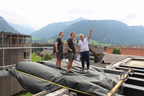 Andreas Mennel (r.) erläutert bei einem Lokalaugenschein in Bezau die Stahlkonstruktion, auf der ein spektakulärer Skypool installiert wird. STRAUSS