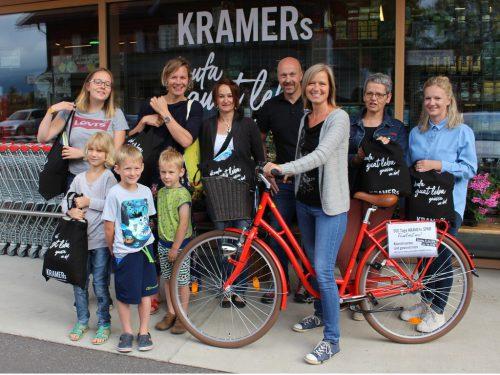 """Anlässlich """"500 Tage Kramers SPAR"""" überraschte Klaus Kramer seine Kundschaft mit einer Werbeaktion samt Gewinnspiel. Brigitte Bilgeri durfte mit ihrem Hauptgewinn – einem Fahrrad – den Einkauf nach Hause fahren. STRAUSS"""