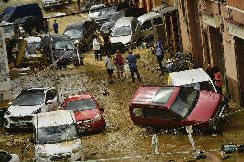 Anrainer in Tafalla stehen vor den Schäden, die die reißende Flut verursachte. Ap