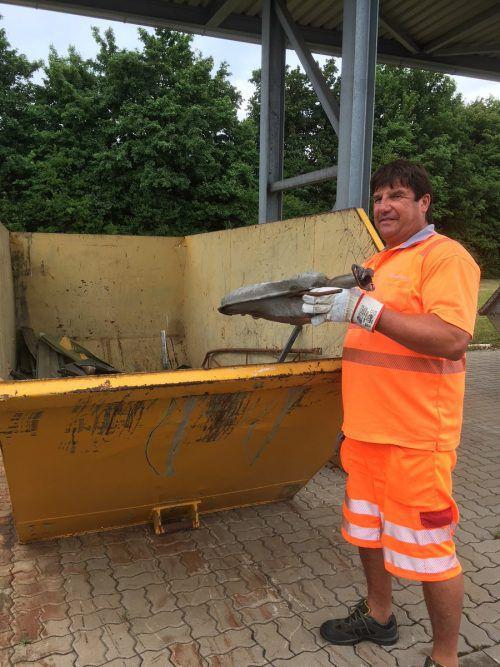 Asfinag-Mitarbeiter müssen tonnenweise Müll händisch aufsammeln. ASFINAG
