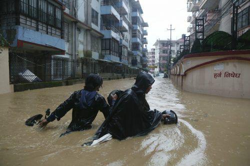 Auch die nepalesische Hauptstadt Kathmandu steht unter Wasser. ap