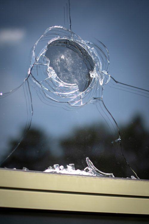 Bei dem Vorfall gibt laut Polizei auch eine Scheibe sei zu Bruch. APA
