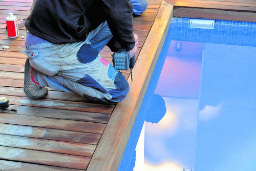 Beim Bau eines Pools sind im Vorfeld auch baurechtliche Details zu klären.foto: Shutterstock