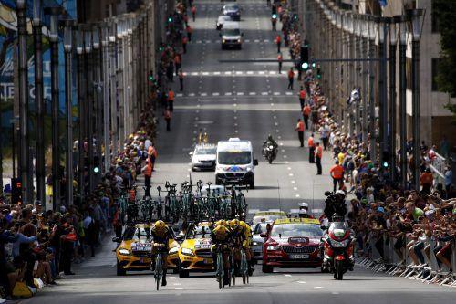 Beim Mannschaftszeitfahren der Tour de France in Brüssel säumten 500.000 Zuschauer die Strecke. Im Bild das siegreiche Jumbo-Team mit Gesamtleader Mike Teunissen.AFP