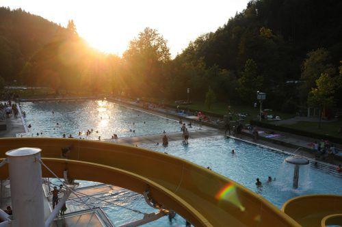 Beim Nachtschwimmen gelten die ermäßigten Tarife der Abendkarte. Stadt