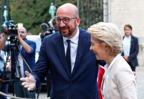 Belgiens Premierminister Charles Michel begrüßt Ursula von der Leyen in Brüssel.REuters