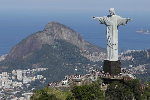 Besucher müssen die 220 Stufen auf den Berg derzeit zu Fuß bewältigen. ap