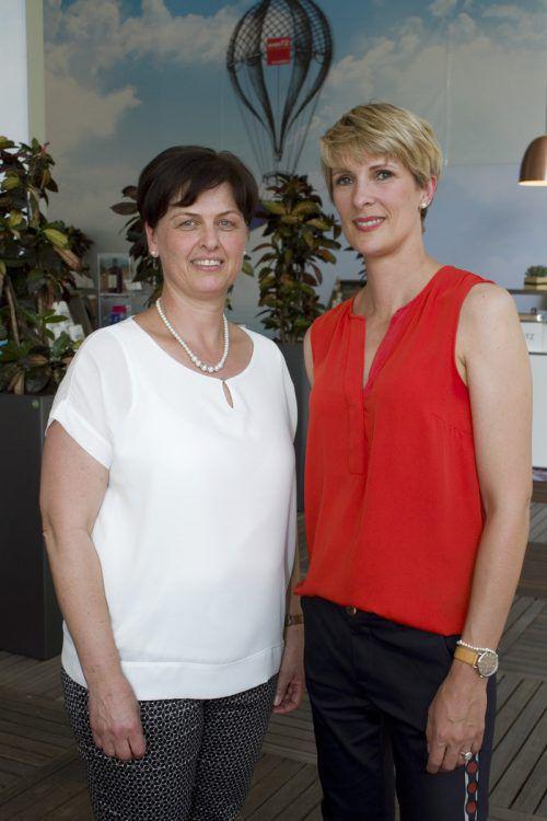 Birgit Pfeifer (l.) und Marion Bär-Beer (Alpendrogerie) feierten mit.