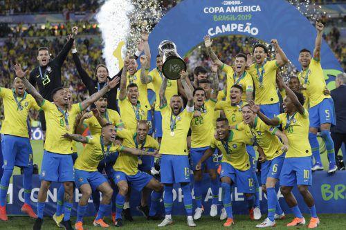 Brasiliens Nationalmannschaft bejubelt ausgelassen vor heimischer Kulisse den Finalsieg bei der Südamerikameisterschaft.afp