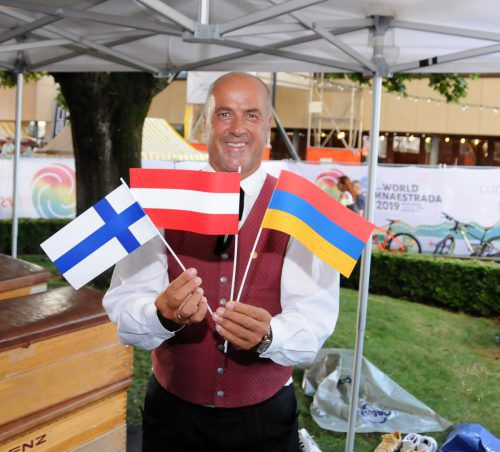 Bürgermeister Herbert Sparr ist mit allen Flaggen ausgestattet.