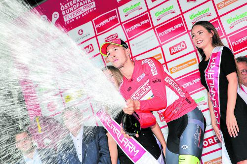 Champagner für den neuen Ö-Tour-Leader Jannik Steimle.