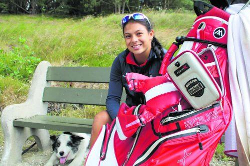 Chantal Düringer, begleitet von Vierbeiner Eros, bringt sich auf den Vorarlberger Golfplätzen in Form.tk