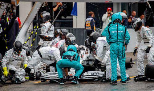 Chaos beim Stopp: Lewis Hamilton verlor in der Mercedes-Box 50 Sekunden.apa