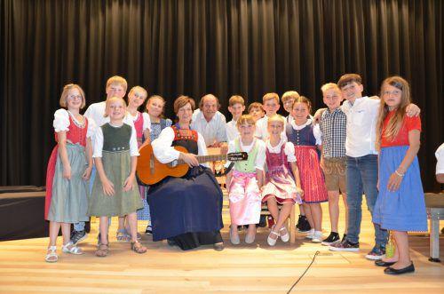 Chorleiterin Herlinde Simma mit ihrem engagierten Schülerchor und Ehrengast Siegfried Amadäus Jud. mam